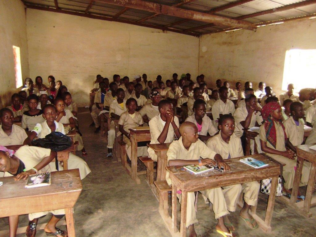 École secondaire avec beaucoup de gens